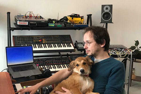 Rone avec sa chienne Becky dans son home studio à Cancale