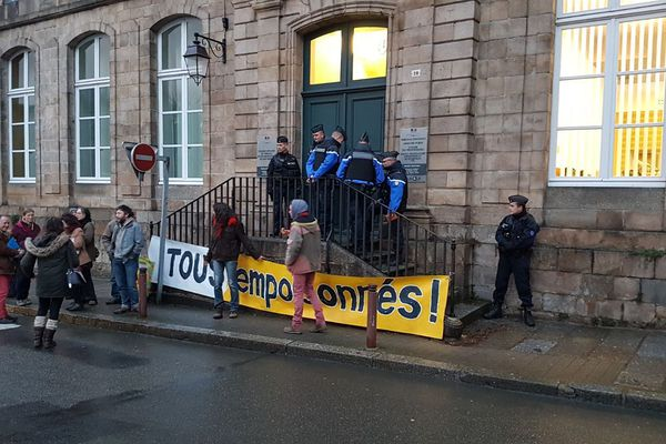 Quelques personnes s'étaient données rendez-vous devant le tribunal de Guingamp en soutien aux militants anti-glyphosates
