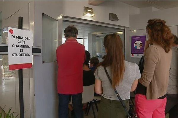 Sur le campus de la Bouloie ce mardi 28 août, ils étaient une centaine à attendre de récupérer les clés de leur nouveau logement.