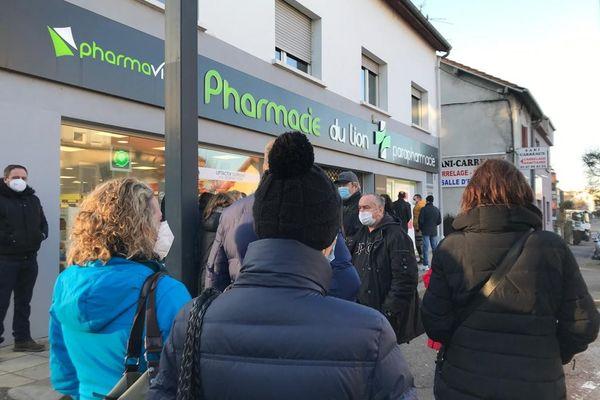 Près d'une centaine de frontaliers français attendent pour se faire dépister devant cette pharmacie à Forbach.