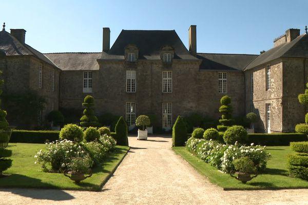 L'entrée principale du château de la Ballue et ses buis taillés.