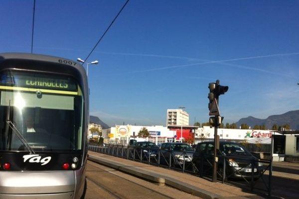 C'est à cet arrêt de tram, face au Géant, que la fille s'est faite agresser la nuit d'Halloween.