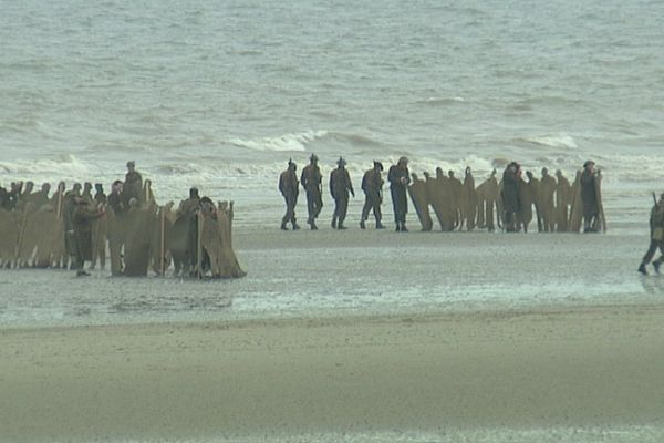 Des figurants sur la plage de Leffrincoucke, ce lundi matin.