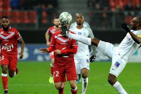 le capitaine de la Berrichonne, Yannick MBone, réalise un contrôle acrobatique face à Valenciennes