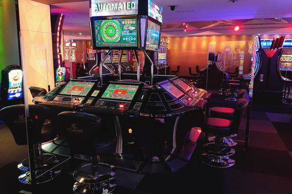 Pour pouvoir rouvrir, les casinos avaient mis en place des protections autour de leurs automates pour respecter les distances sanitaires.