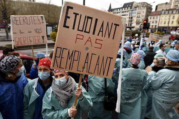 Des étudiants infirmiers sont en grève le 23 décembre dernier : ils dénoncent être la variable d'ajustement pour combler le sous effectif des hôpitaux pendant la crise sanitaire de la Covid-19.