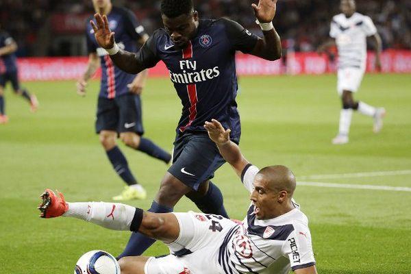 Le défenseur parisien Serge Aurier aux prises avec le Bordelais  Wahbi Khazri lors du match PSG-Bordeaux le 11 septembre 2015