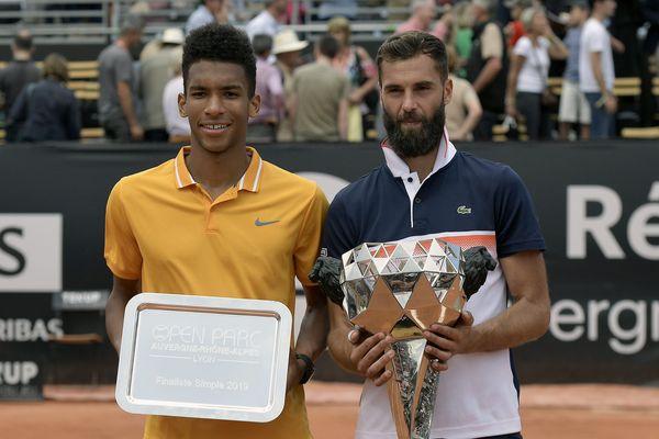 Felix Auger-Aliassime et Benoit Paire posent avec leurs trophées pour la photo après la finale simple de l'Open Parc Aura Lyon.
