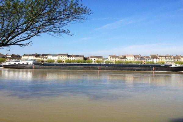 La Saône est sortie de son lit, sans inquiéter aucunement les bateaux de croisière...