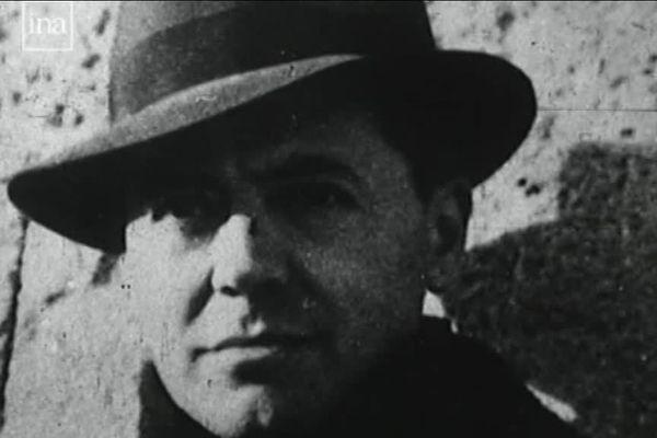 Célèbre portrait de Jean Moulin, chef de la Résistance, coiffé d'un chapeau.