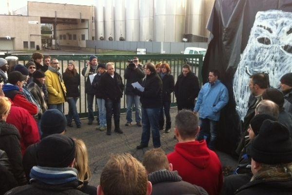 Mercredi matin, 102 des 103 salariés du site Candia de Saint-Yorre (Allier) bloquent leur usine dont l'annonce de fermeture a été faite en novembre 2012.