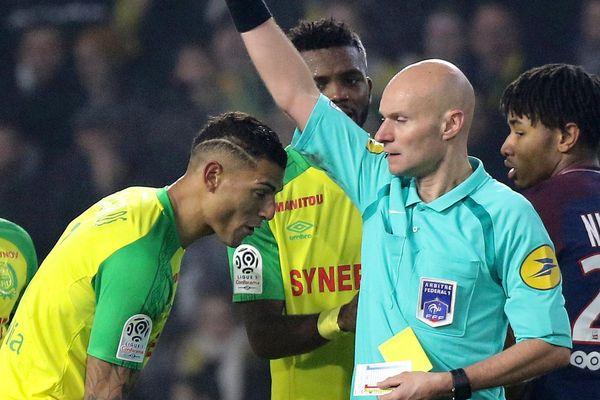 Le joueur du FC Nantes Diego Carlos reçoit un carton rouge de la part de l'arbitre Tony Chapron, le 14 janvier 2018, lors du match Nantes/PSG.