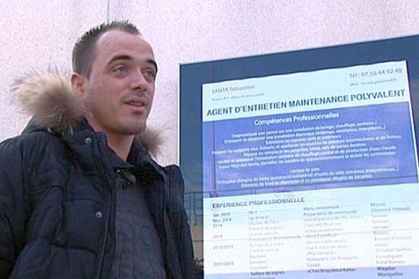 Béziers (Hérault) - Sébastien Santa affiche son CV sur un panneau publicitaire devant un centre commercial pour trouver un emploi - mars 2015