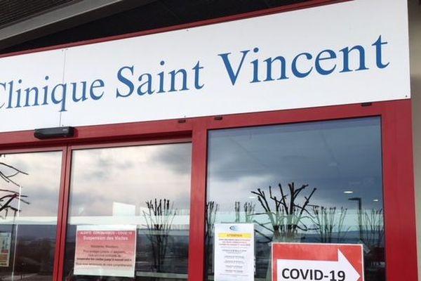 L'entree de la clinique Saint Vincent pendant l'épidémie