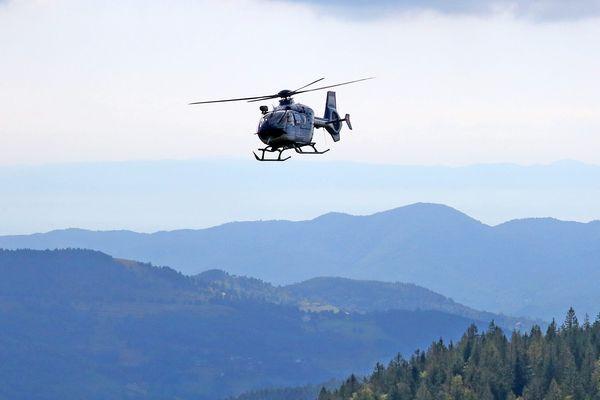 Un hélicoptère du Peloton de Gendarmerie de Haute Montagne (PGHM).