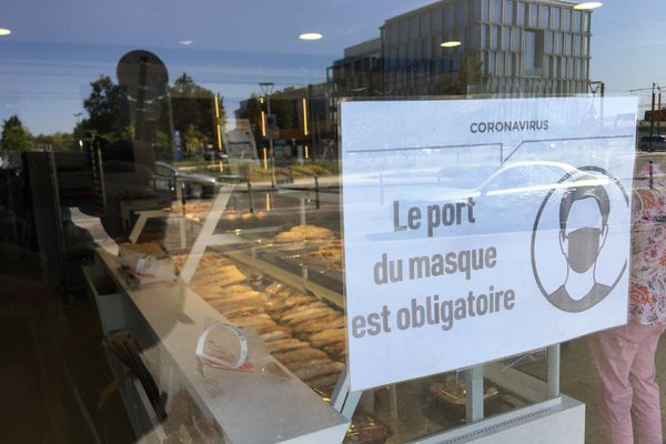 Dans cette boulangerie, on a affiché la nouvelle réglementation sur la vitrine.