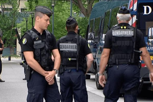 Une trentaine de gendarmes mobiles ont pris position sur la dalle Kennedy
