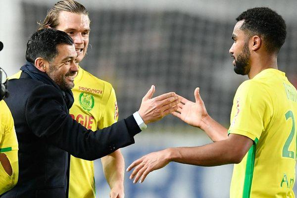Sergio Conceiçao félicite Koffi Djidji à l'issue de la victoire du FC Nantes contre l'OM le 12 février 2017