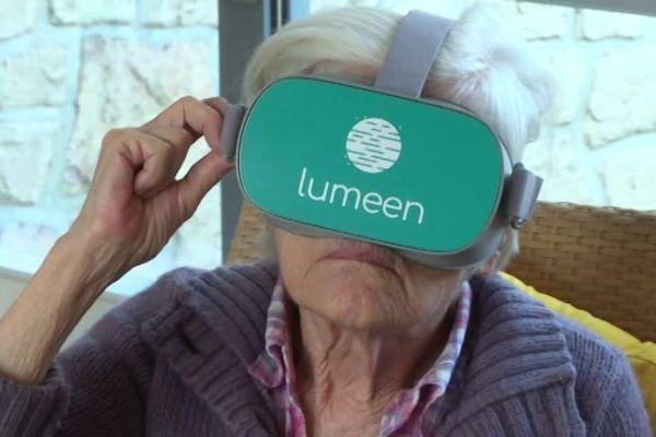 Une résidente de maison de retraite teste la réalité virtuelle