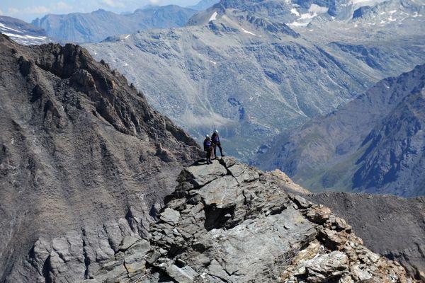 On vous attend : première à droite derrière la montagne ronde puis à gauche, sur les cailloux