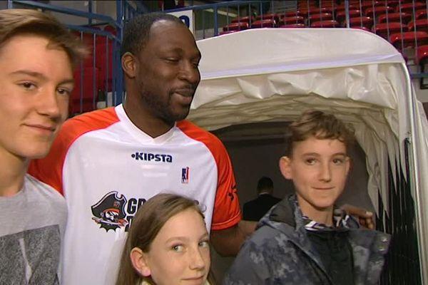 Avant la rencontre, Florent Piétrus a été chaleureusement accueilli par ses fans.
