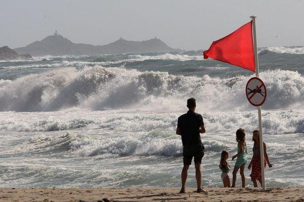 Illustration - Drapeau rouge sur les plages en raison d'une forte houle sur la côte ouest de la Corse