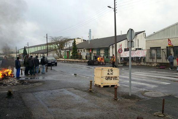 Les entrées du site du Rabion à Angoulême sont bloquées par les salariés de Leroy Somer en grève.