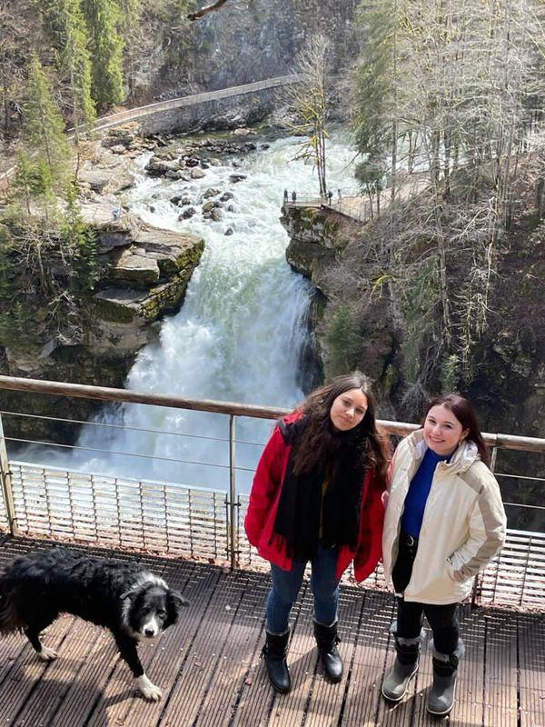 Deux étudiantes découvrent le saut du Doubs