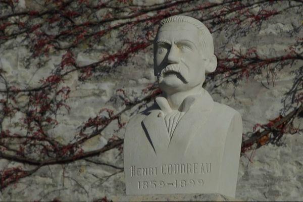 Le buste d'Henri Coudreau dans son village natal de Sonnac en Charente-Maritime.
