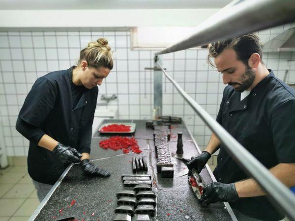Thomas, la 4 ème génération démoule, dans l'atelier avec sa copine Maïwenn, les Sucres Rouges dans l'atelier de Bogny-sur-Meuse.