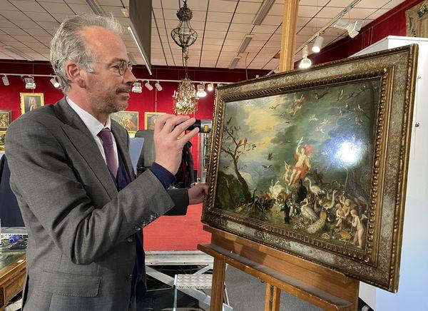 """Patrick Deguines, commissaire-priseur chez Mercier à Lille, devant l'allégorie de l'Air, l'un des quatre cuivres des composant les """"quatre éléments"""" de Brueghel le Jeune."""