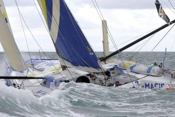 Le bateau de François Gabart et Michel Desjoyeaux a démâté dans la nuit