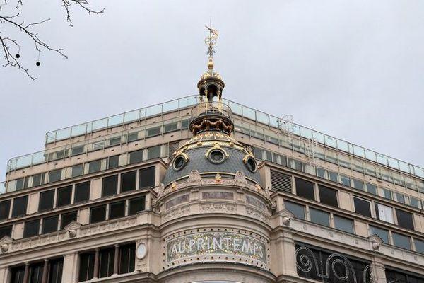 Devanture de la façade du Printemps Haussmann à Paris.