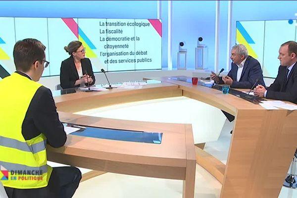 Le député LRM Xavier Batut, François Boulo, représentant des gilets jaunes de Rouen et René Vimont, le maire de Grainville La Teinturière en plein débat