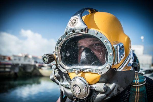 Scaphandrier, un métier rare et aux multiples compétences, remis dans l'actualité par les énergies marines renouvelables.
