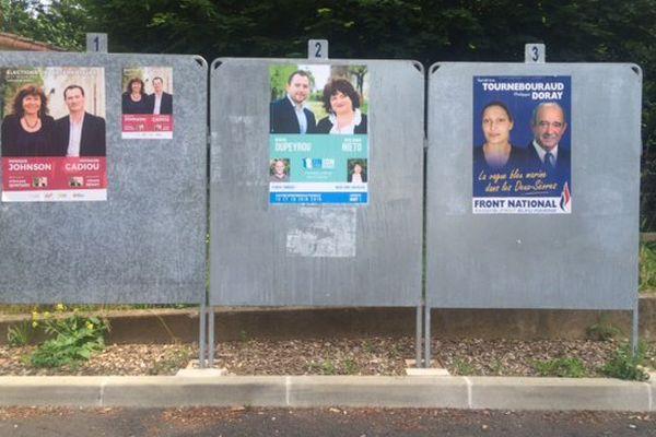 Un panneau électoral avant le 1er tour des élections départementales partielles à Niort (79).