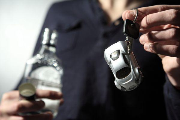 Depuis le 1er janvier, les préfets peuvent proposer une alternative à la suspension de permis pour les automobilistes contrôlés positifs au test d'alcoolémie. Un éthylotest anti-démarrage peut être installé sur les véhicules des contrevenants. Impossible alors de démarrer si l'on a bu. Lundi 8 avril, un contrôle routier était organisé par la préfecture du Puy-de-Dôme pour présenter le dispositif.  BENELUXPIX/MAXPPP