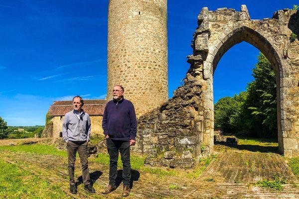 Le nouveau propriétaire du château de Châlus et son collaborateur ont déjà commencé le nettoyage du site.