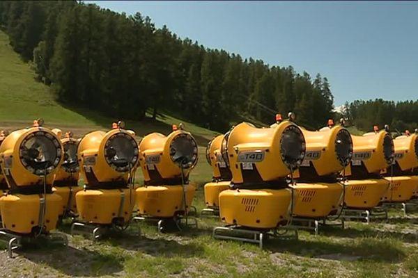 L'armée de 70 nouveaux canons à neige installés sur les pistes de ski de Valberg pour l'hiver 2018-2019.