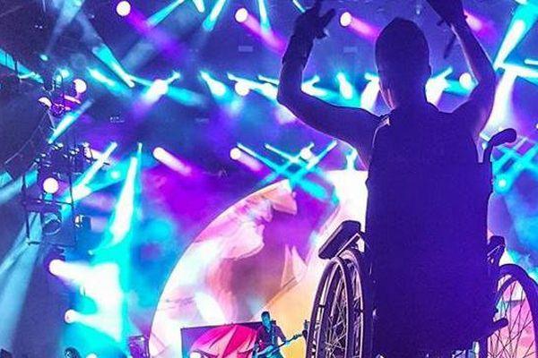 Morgane slamme sur son fauteuil roulant, portée par la foule, pendant le Hellfest, à Clisson