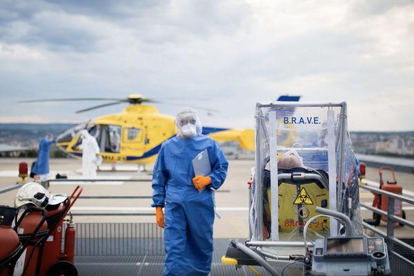 Sur le toit du CHU de Dijon, l'accueil d'un malade du Covid-19 par les services d'urgence