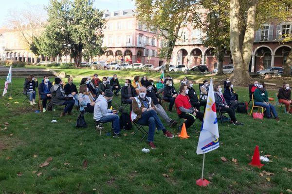 Une trentaine d'enseignants reconstituent une classe en plein air pour démontrer la difficulté de respecter les distanciations.