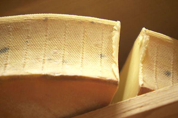 """L'Abondance est fabriqué par plus de 70 fermiers et une douzaine de petits ateliers appelés """"les fruitières"""". Ce fromage est produit dans la zone montagneuse de la Haute-Savoie, allant du val d'Abondance aux Aravis, en passant par le Pays du Mont-Blanc."""