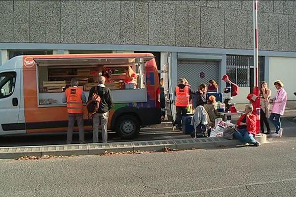 Ce camion de la banque alimentaire vient en supplément de l'épicerie solidaire déjà présente sur le campus de Bordeaux.