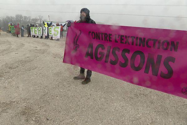 Déploiement de banderoles ce 2 février sur le site Amazon près d'Annecy