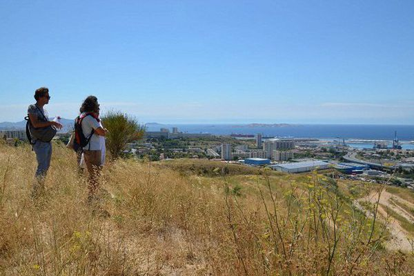 La vue est extraordinaire, la colline n'attend que les projets des habitants. (photo publiée le 9/09/16 sur le site FB de Yes We Camp.)