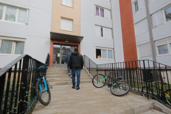 Le quartier de la Madeleine, où habitait Abdoullakh Anzorov, à Evreux (Eure), est plongé dans l'incompréhension suite à l'attaque du jeune homme sur un professeur de collège.