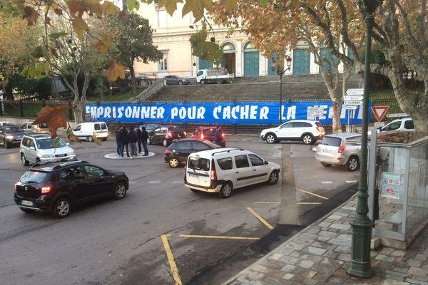 07/12/16 - Banderole de soutien à des supporters du SC Bastia écroués déployée sur les grilles du palais de justice