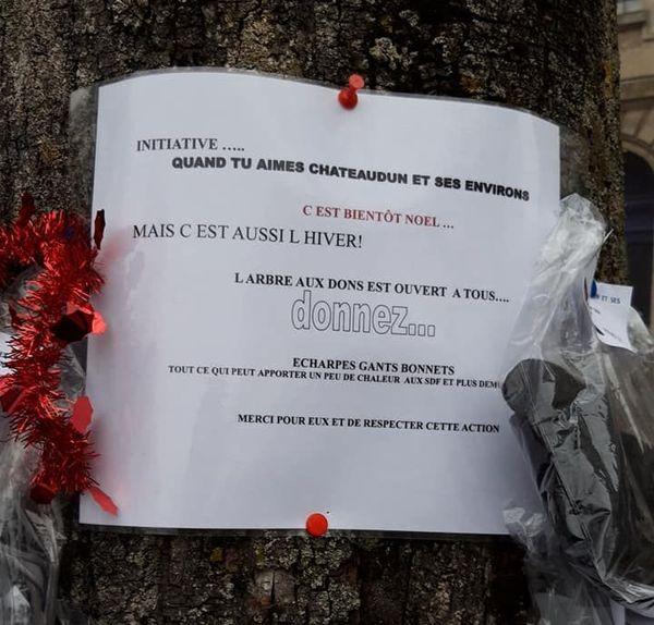 Un écriteau placé sur l'arbre invite ceux qui le peuvent à donner, et ceux qui en ont besoin à se servir.