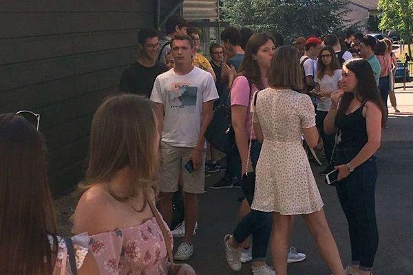 L'attente angoissée des résultats au lycée louis Lapicque à Épinal (Vosges), vendredi 5 juillet 2019.